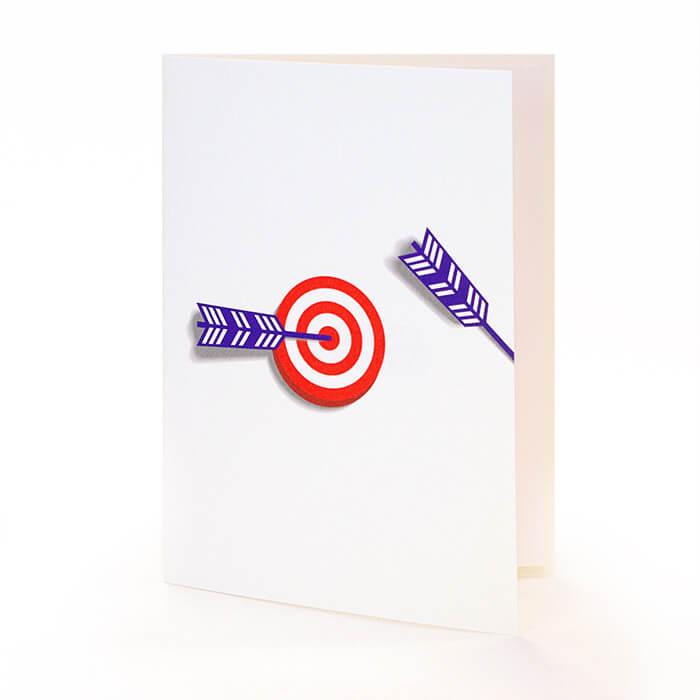 見事に命中した矢が、物事を成し遂げた喜びの結果をイメージさせます