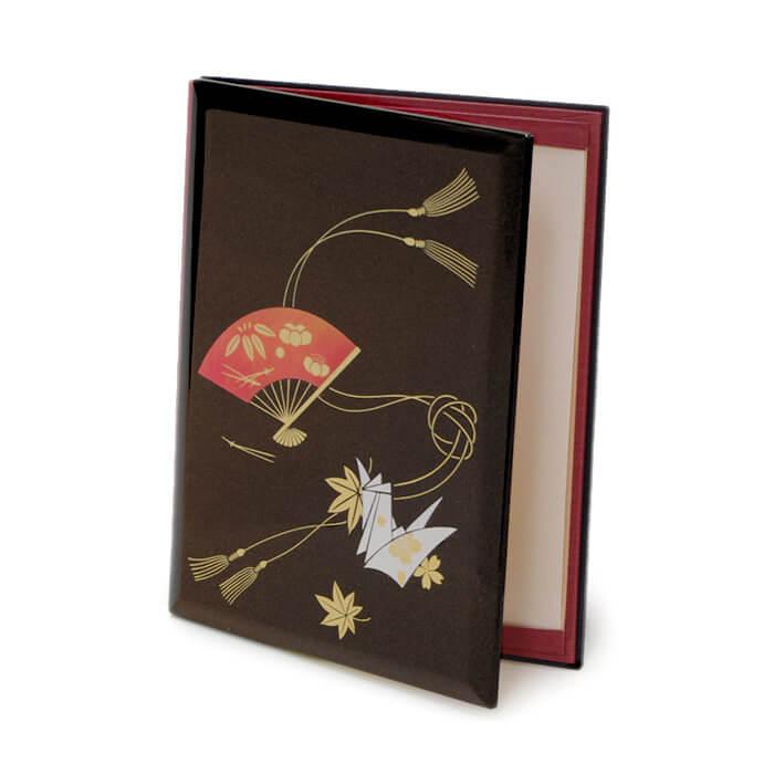 見事な金梨地に描かれた松竹梅の扇と折り鶴