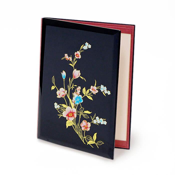 鮮やかな青と赤で描かれたフリージアの花が華やかで上品な印象