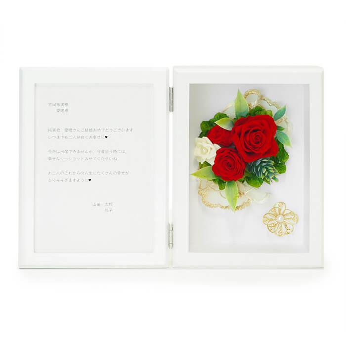 鮮やかな色合いの3輪の赤いバラが、とても可憐で上品な印象
