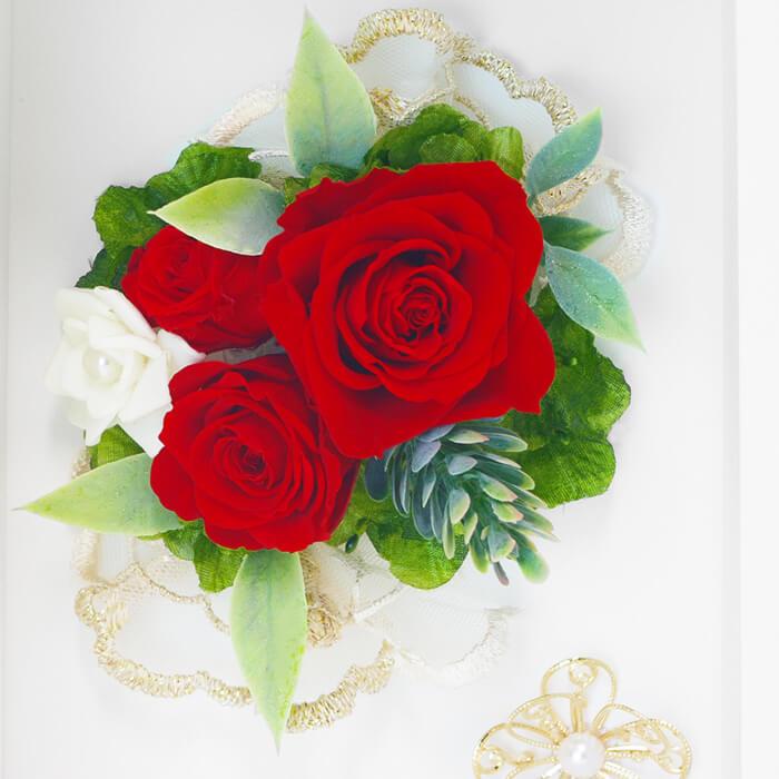 ゴールドのレースやチャームなどの飾りが、花の美しさをより引き立たせています
