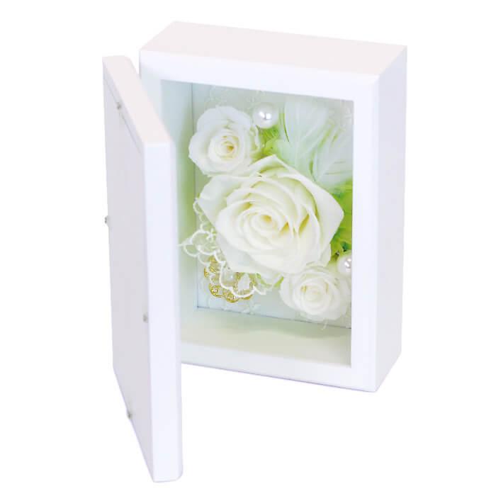 三輪の純白のバラを中心に、優しい色合いのレース・パール・ゴールドチャームなどをアレンジ