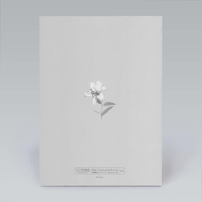 淡いグレーの上に描かれた白い百合の花