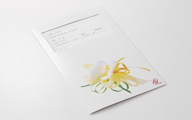 一輪の胡蝶蘭に、贈り物の意を示すリボン