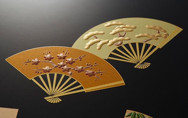 繊細な蒔絵風の細工を施し、艶やかな漆器の風合いの豪華な台紙です