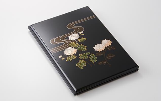 繊細な蒔絵風の細工を施し、艶やかな漆器の風合いを再現した、豪華な台紙です