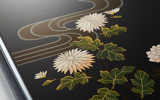 古来から日本人に親しみ深い菊と流水を描き、哀愁を表現