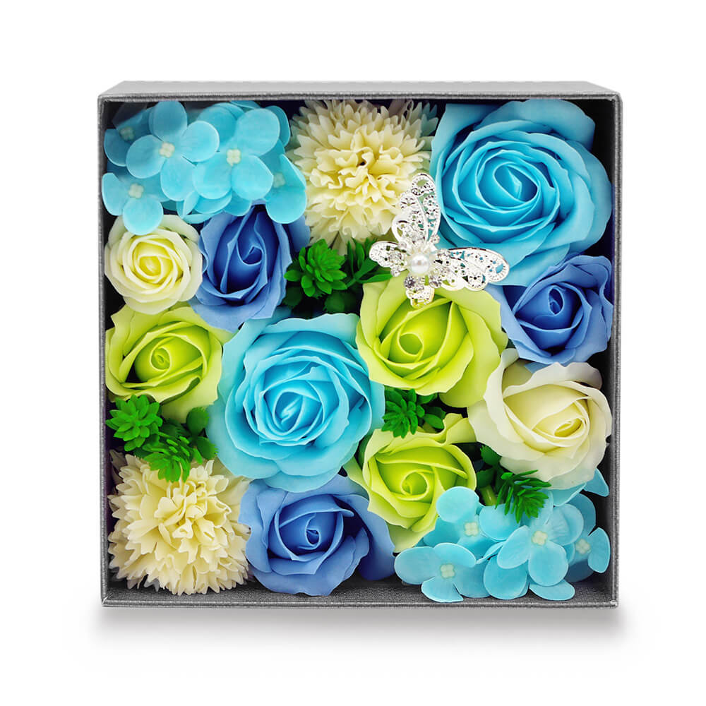 ブルー系の花を基調にグリーンやホワイトを織り交ぜた清潔感のあるアレンジ