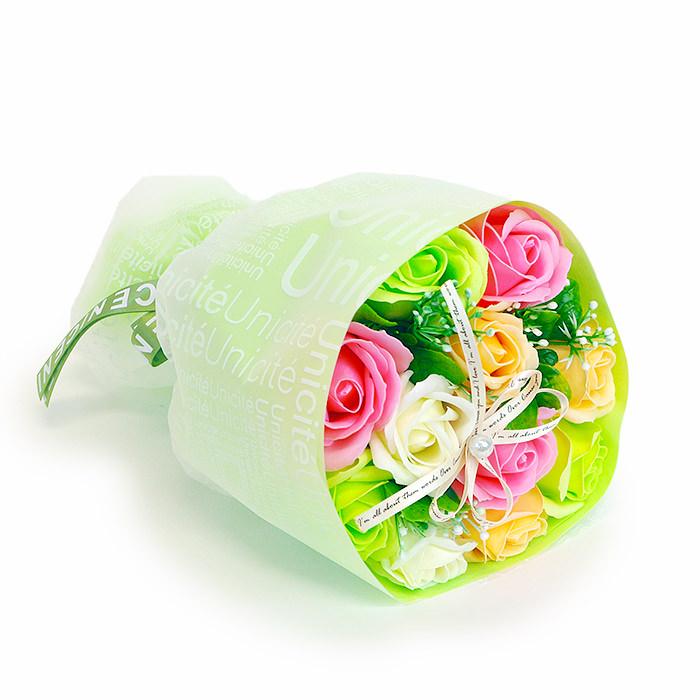 カラフルな色合いのポップでかわいい花束