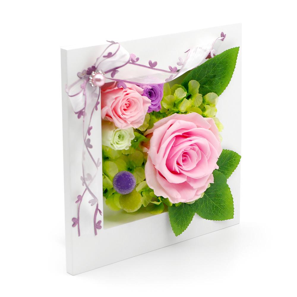 かわいらしいピンクのバラとハートが付いたリボンが、可憐で優美な雰囲気を演出
