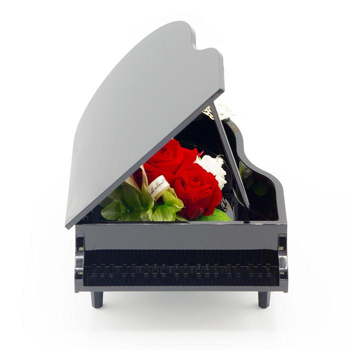 光沢のあるブラックの美しいグランドピアノ