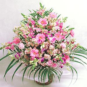 ピンク色の季節の花を合わせたアレンジ