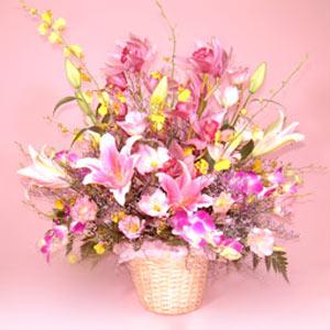季節の花材とユリの花の艶やかなアレンジ
