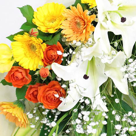 暖色系の季節のお花を添えた花束です