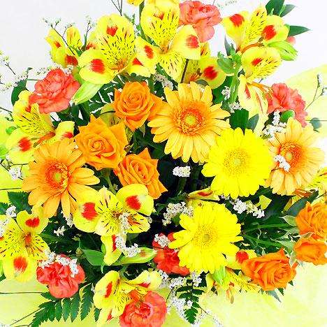 季節の花材を使用した華やかなアレンジ