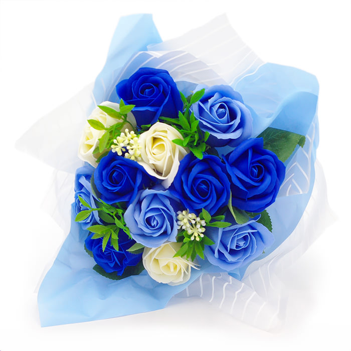 ブルー、ホワイトの花にグリーンがアクセント