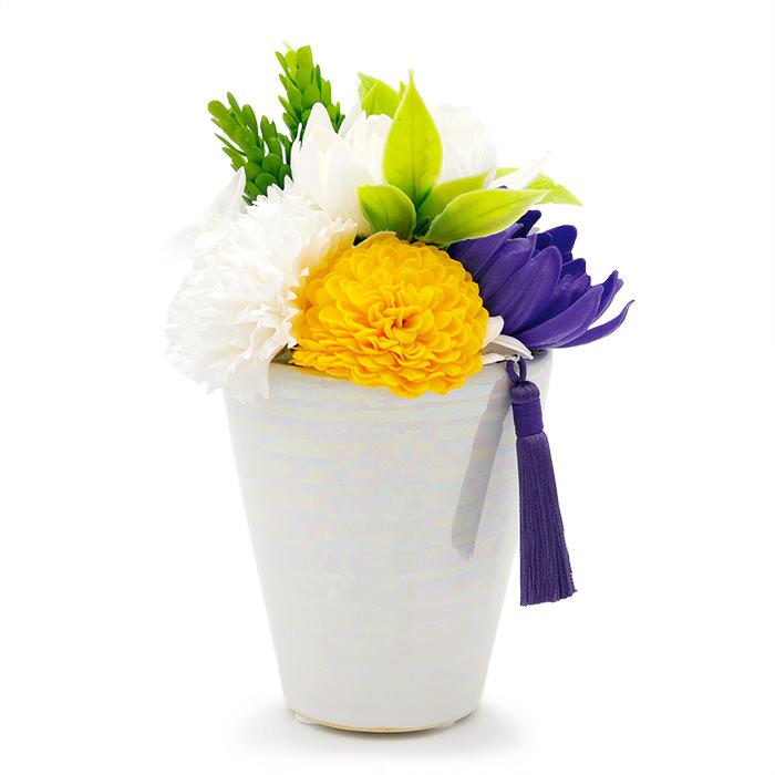 黄色と紫の菊が控えめの華やかさを添えています