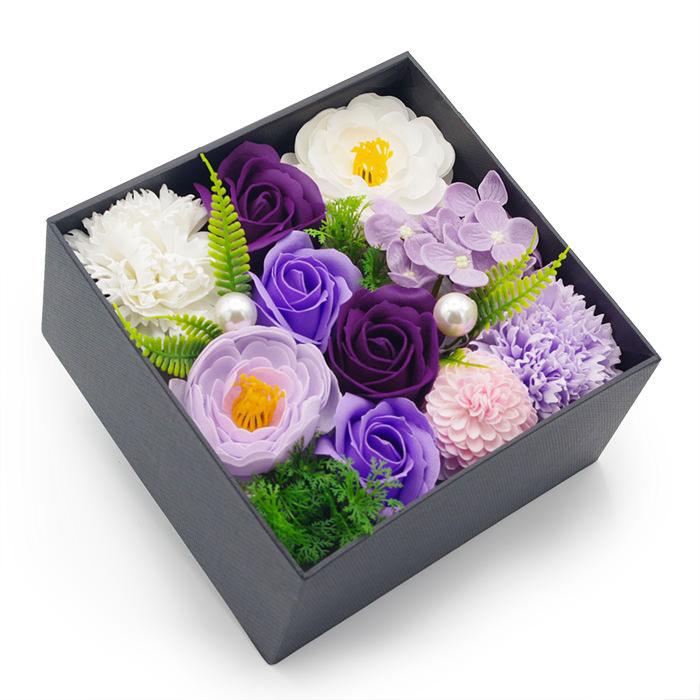 落ち着いたパープル系のバラや菊に、優しいホワイトの花々