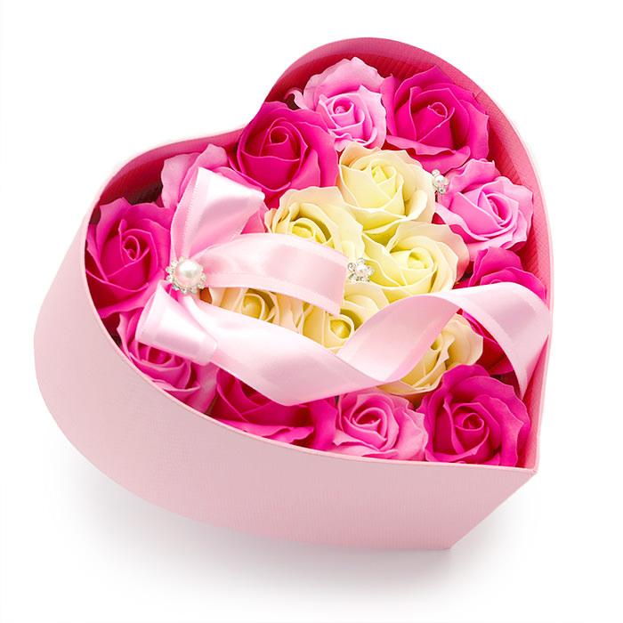 ハート型の箱にピンクのバラが可愛いアレンジ