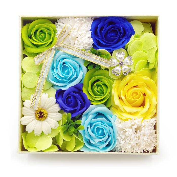 グリーン系の花を基調にブルーやイエローのバラ