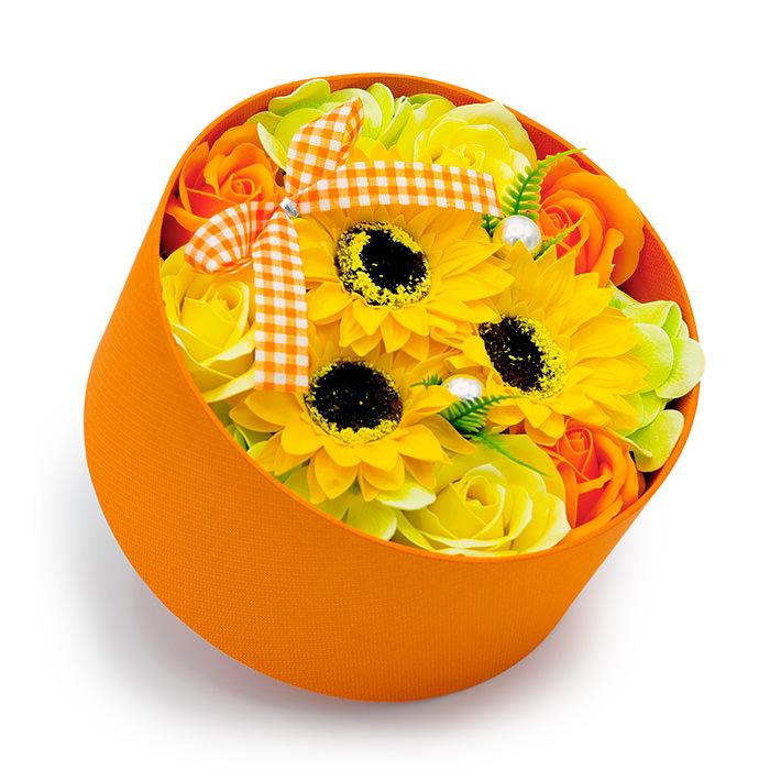 丸いオレンジの箱にヒマワリとビタミンカラーのバラ