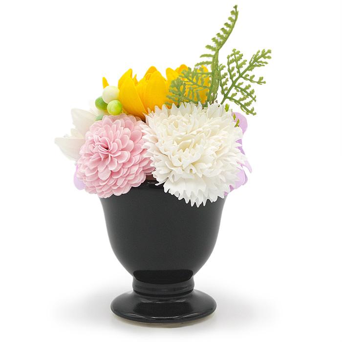 菊の花をメインにした淡い色合いの花