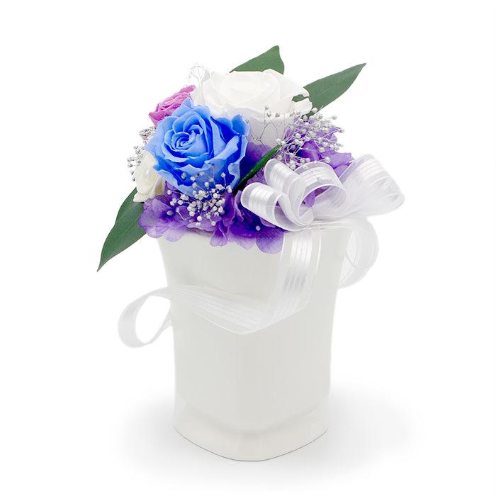 淡い色合いの青と紫のバラがメイン