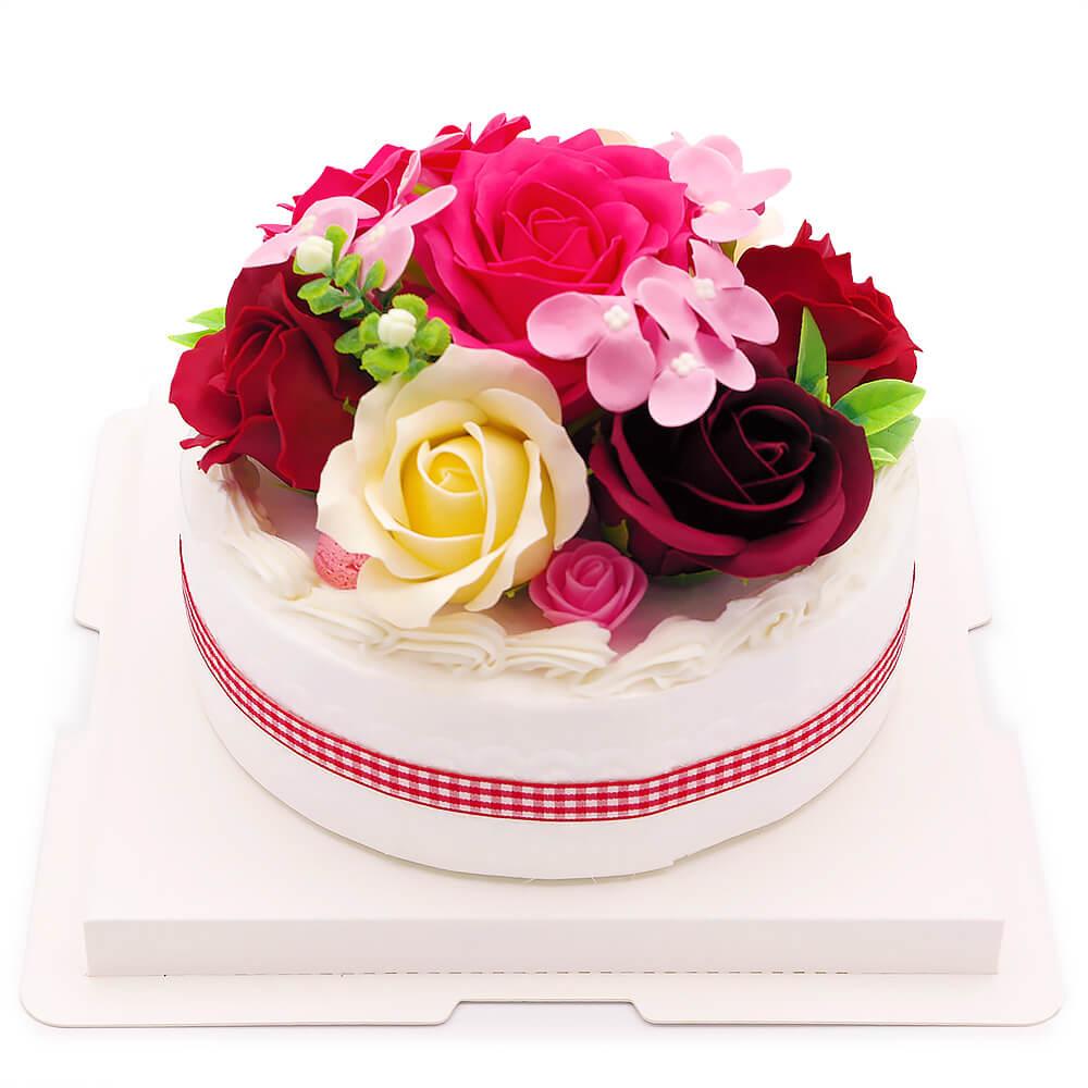 ケーキの土台には生クリームやマカロンの装飾