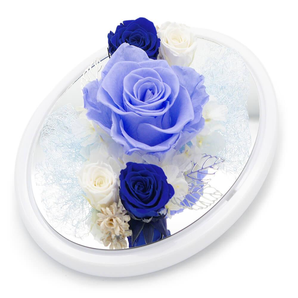 シルバーのリーフチャームや白いバラが知的で落ち着いた印象