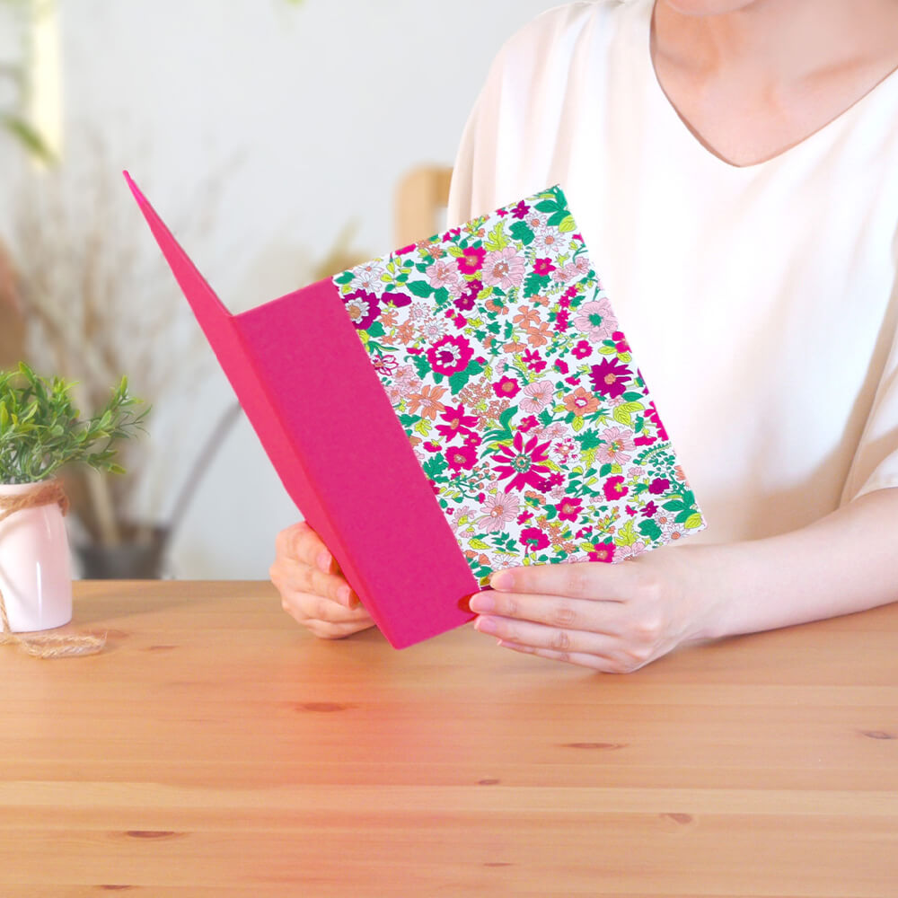 ガーデニング愛好家のお庭をイメージして様々な花をミックスしたフラワーデザインの電報です。